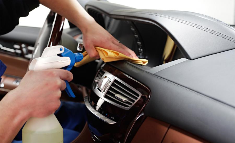 Самая простая чистка салона автомобиля выглядит так  водитель пылесосом или  щеткой очищает обивку сидений a7c58e507d859